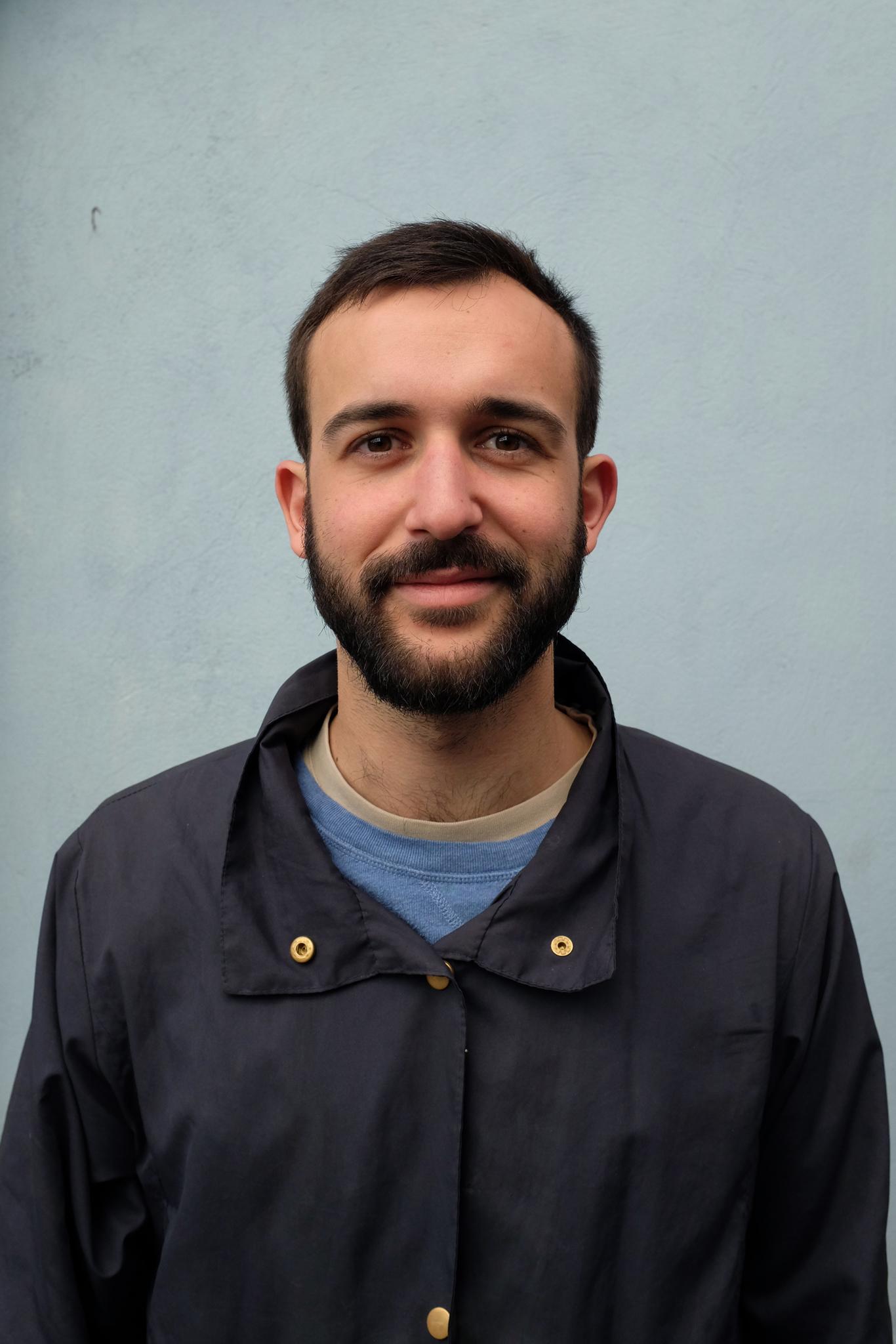 Portrait de Guillaume Sénéchal, co-fondateur de Maison·g, agence en conseil et direction artistique à Lyon, France, spécialisée dans la conception de projets artistiques et en communication par l'art.